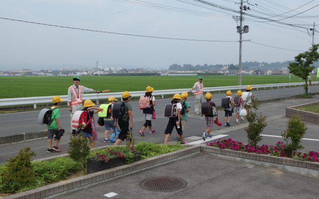 小学生登校時に交通誘導を行っています。