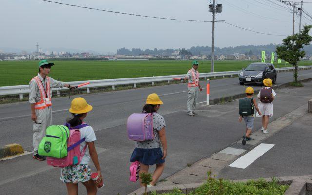 小学生登校時「あいさつ運動」と「交通安全運動」を行っています