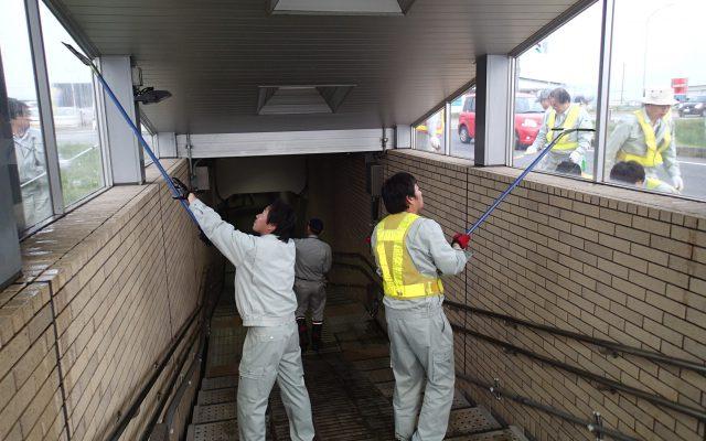 小学生の通学路の地下道清掃を行っています
