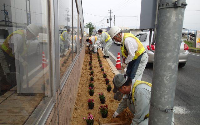 小学生の通学路の花壇整備を行っています