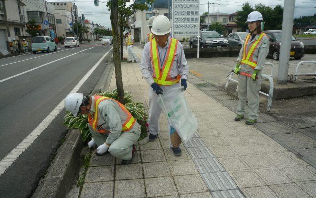 交通誘導を行い清掃活動を実施しています